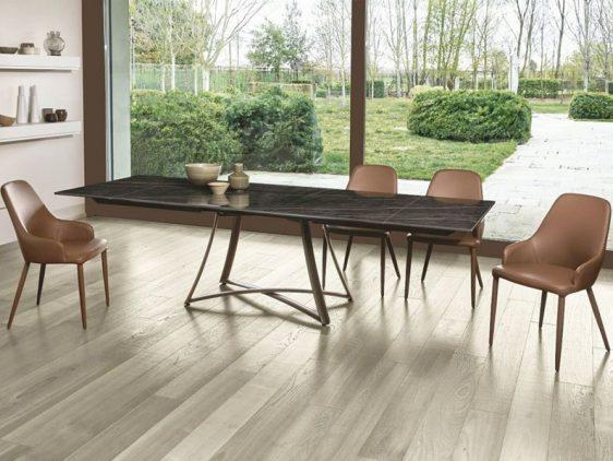 Tavolo rettangolare a quattro gambe